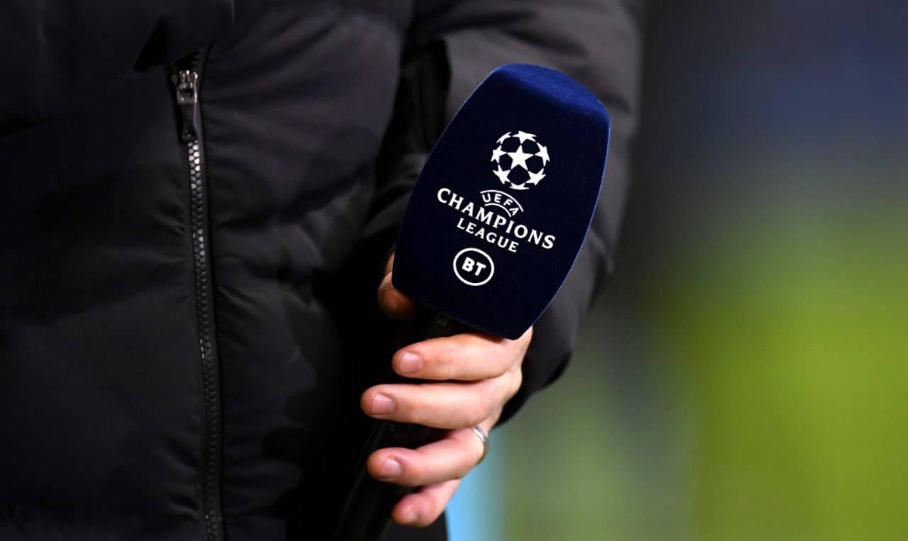 Un microfono con il logo della Champions