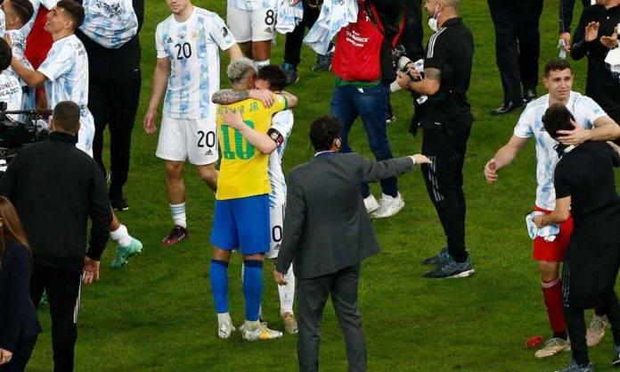 Messi e Neymar si abbracciano dopo la finale di Copa America