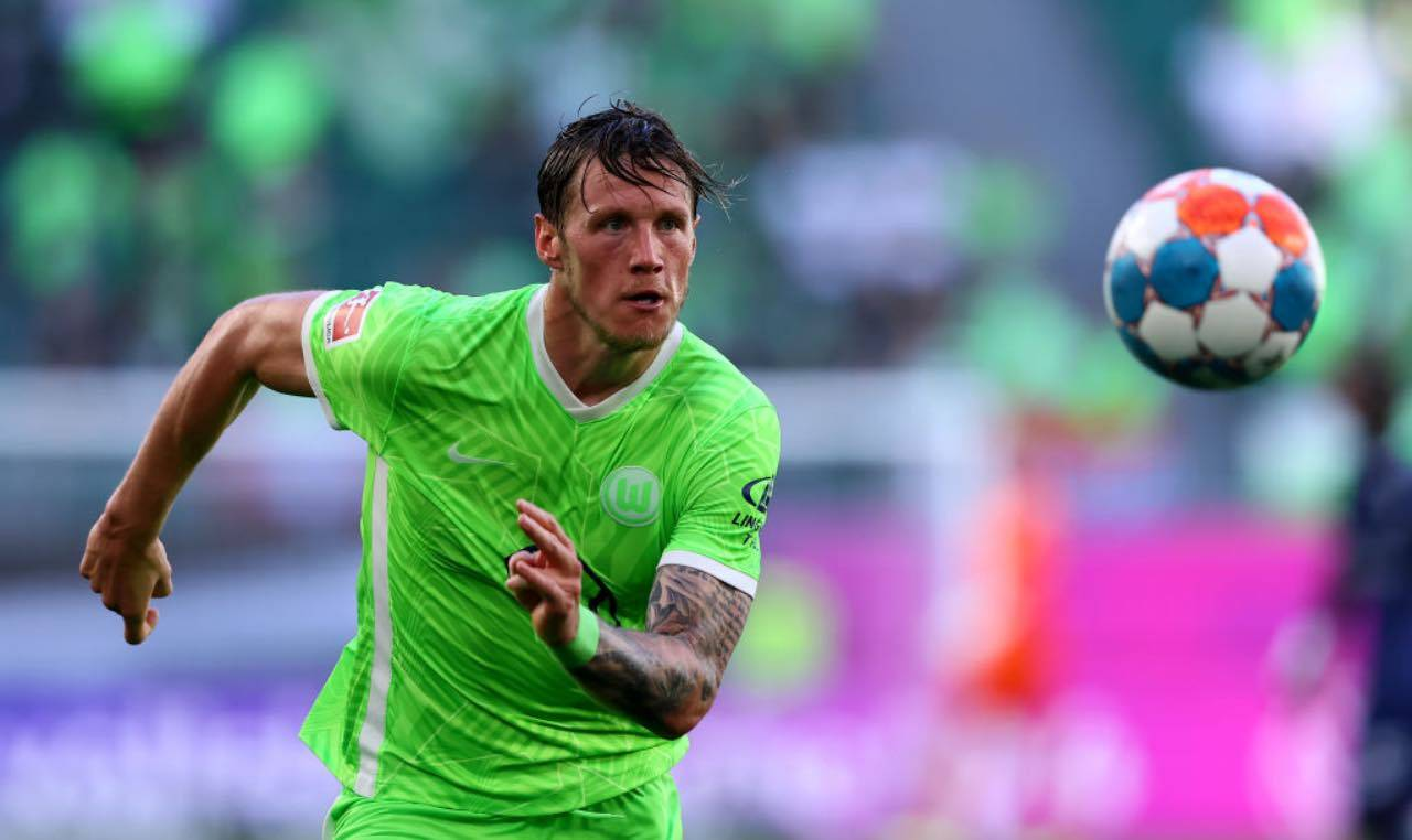 Weghorst rincorre un pallone