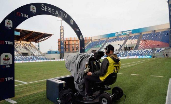 Un cameraman durante una partita di Serie A