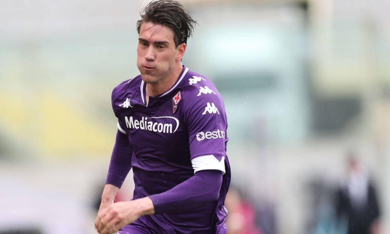 Vlahovic in campo con la Fiorentina