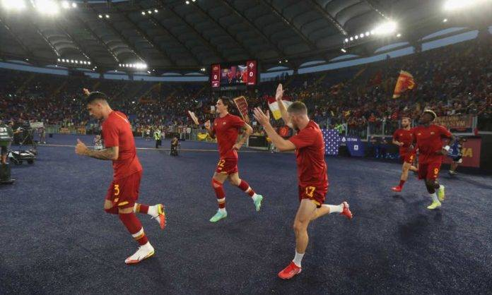 La Roma entra in campo all'Olimpico