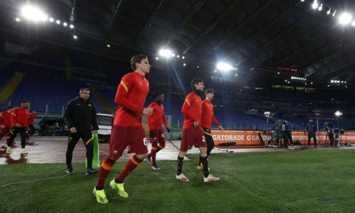 I giocatori della Roma scendono in campo
