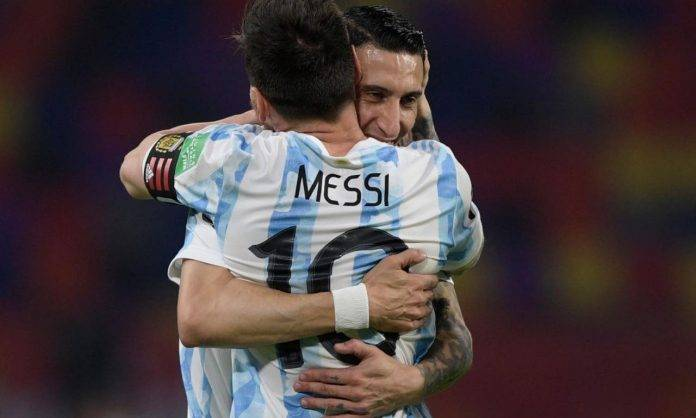 Messi e Di María si abbracciano