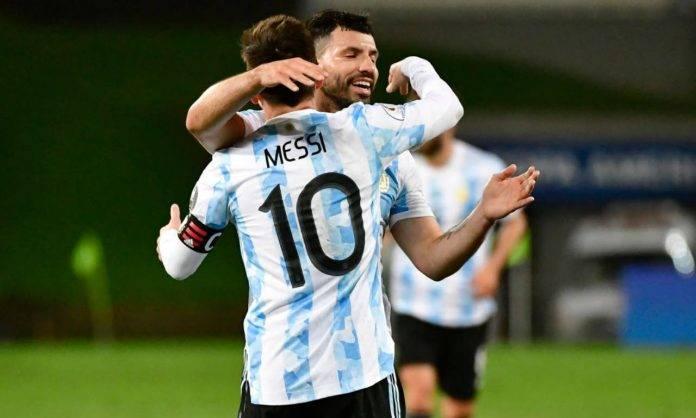 Messi e Aguero si abbracciano in campo