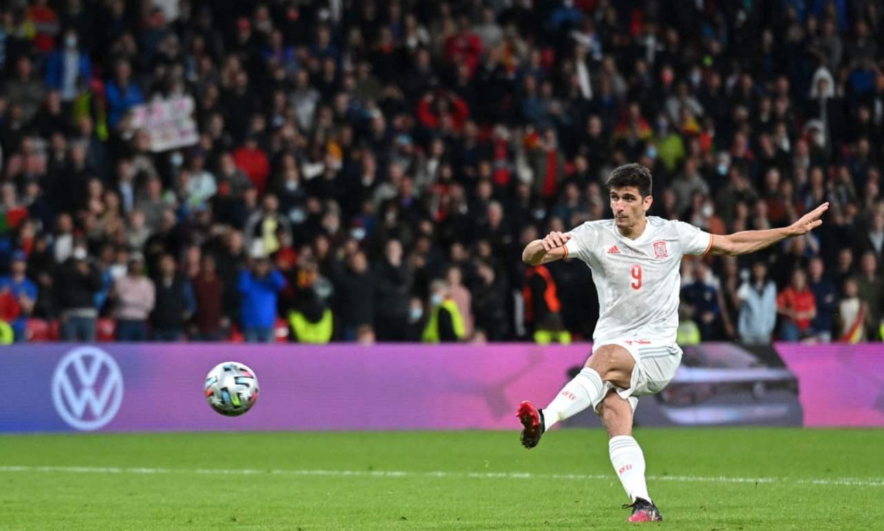 Gerard Moreno tira il rigore contro l'Italia