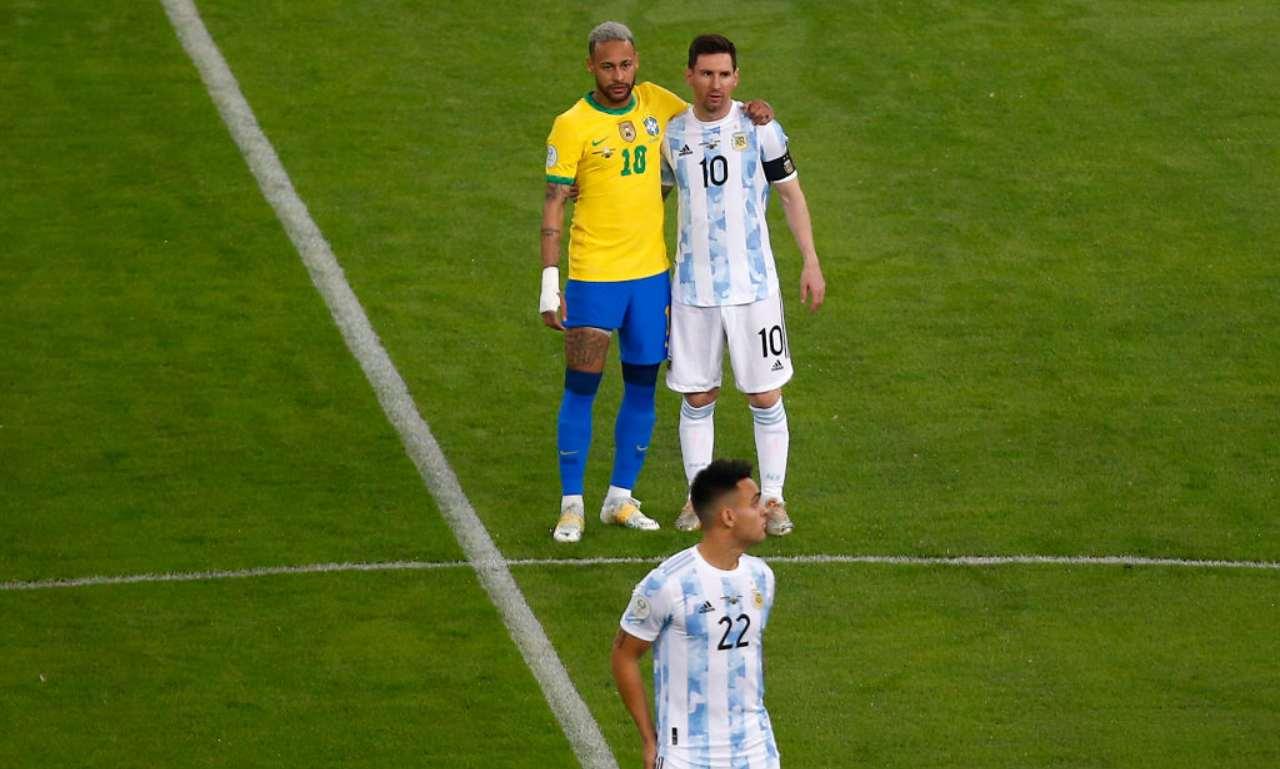 Messi e Neymar si abbracciano