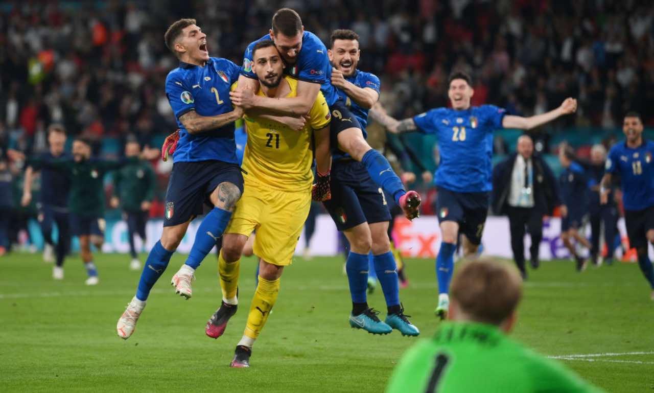 Donnarumma esulta coi compagni per la vittoria degli Europei