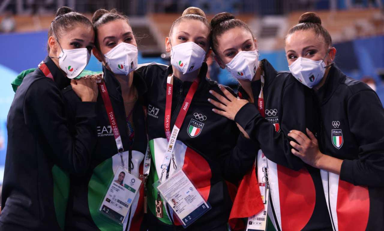 Le ragazze della ginnastica ritmica festeggiano il bronzo