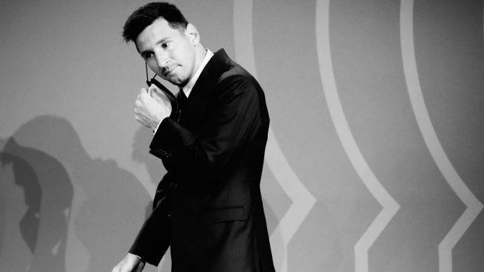 Lionel Messi toglie la mascherina