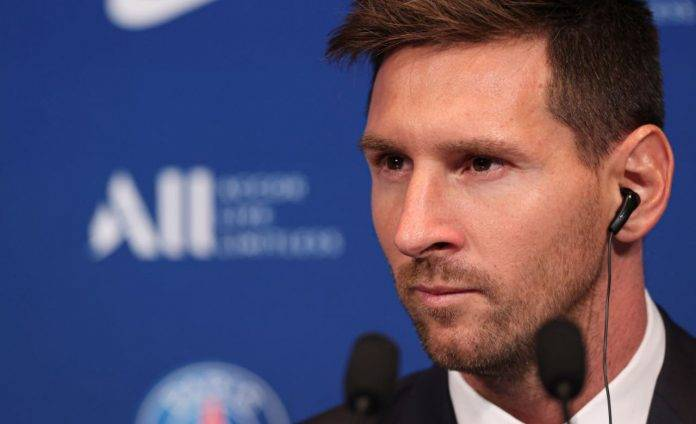 Messi durante la conferenza col PSG