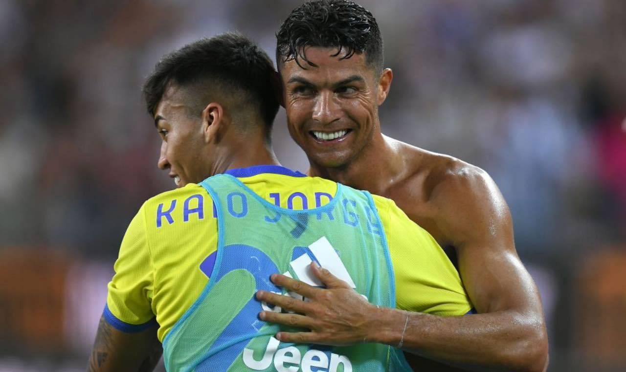 Kaio Jorge e Cristiano Ronaldo si abbracciano