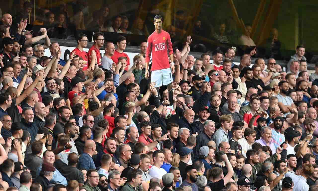 I tifosi dello United esibiscono una gigantografia di Ronaldo