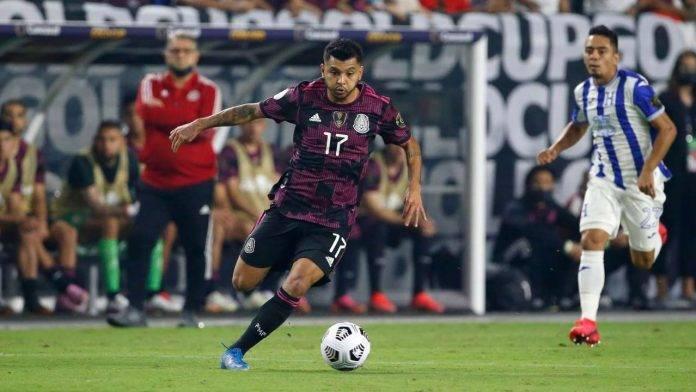 Corona corre con il pallone in una gara con il Messico