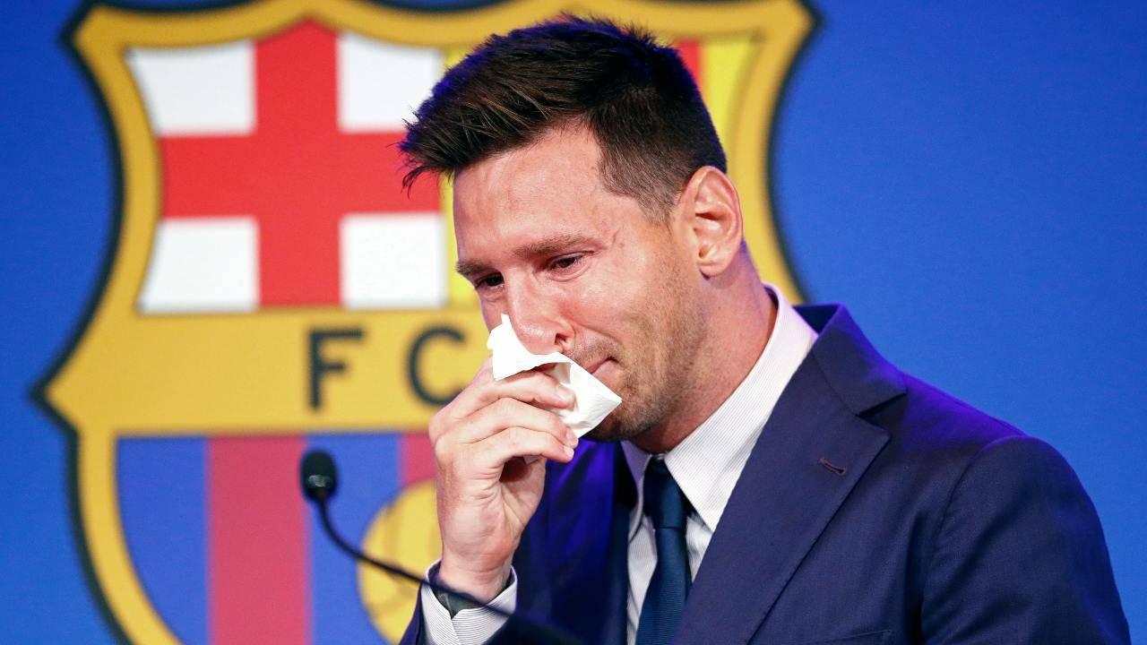 Messi in lacrime durante la conferenza stampa d'addio al Barcellona
