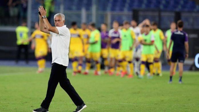 Mourinho ringrazia i tifosi della Roma dopo la vittoria con la Fiorentina