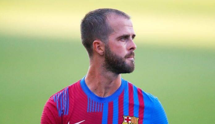 Pjanic con la maglia da allenamento del Barcellona