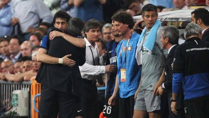 L'abbraccio tra Milito, grande protagonista del 'Triplete', e Mourinho durante la finale di Champions League