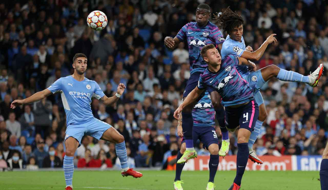 Lo stacco di Aké che è valso il suo primo gol in Champions