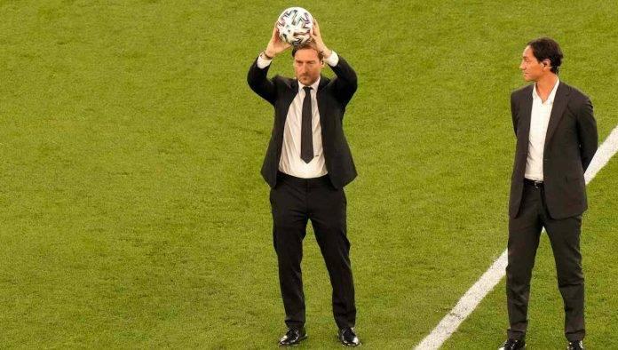 Francesco Totti mostra il pallone