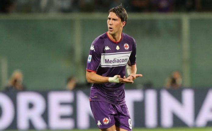 Vlahovic durante un match con la Fiorentina