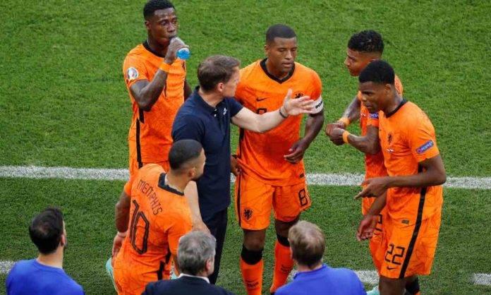 De Boer dirigendo l'Olanda a Euro 2020