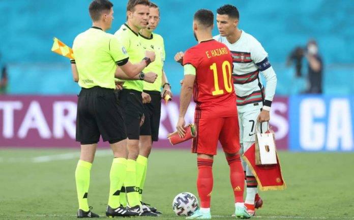Hazard e Ronaldo salutano l'arbitro
