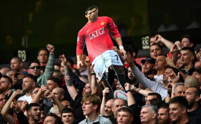 Tifosi dello United con foto di Ronaldo