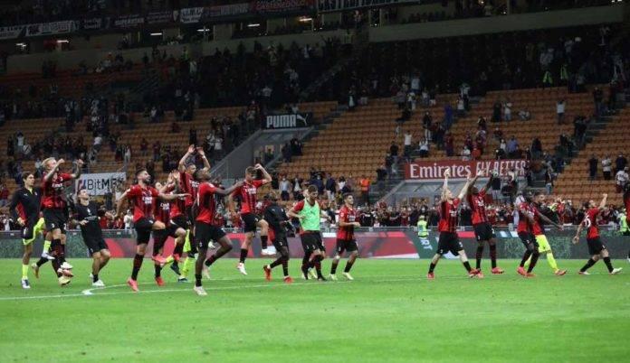 I calciatori del Milan sotto la Curva dopo la vittoria sul Cagliari