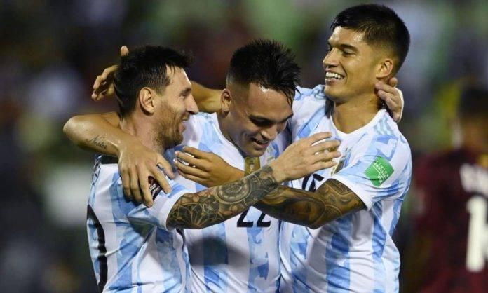 L'abbraccio tra Messi, Lautaro e Correa in Venezuela-Argentina