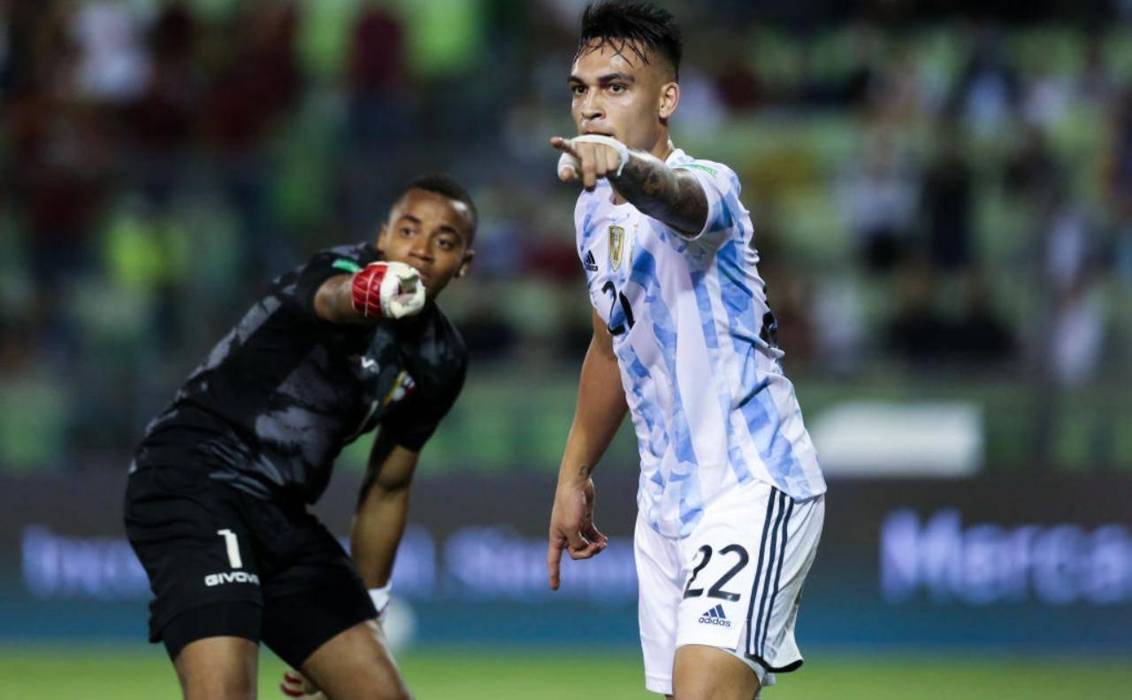 Lautaro Martinez con la malglia dell'Argentina