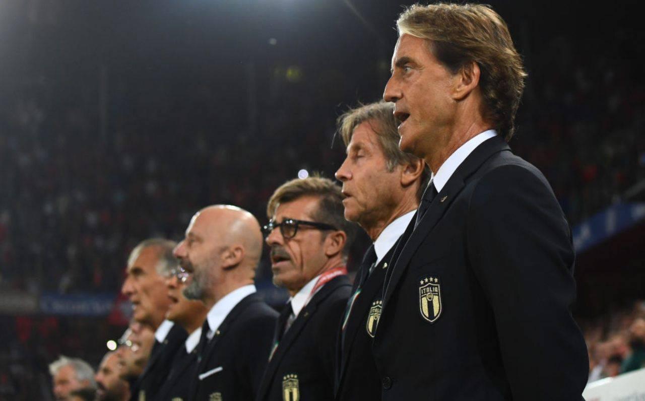 Mancini e il suo staff cantano l'inno