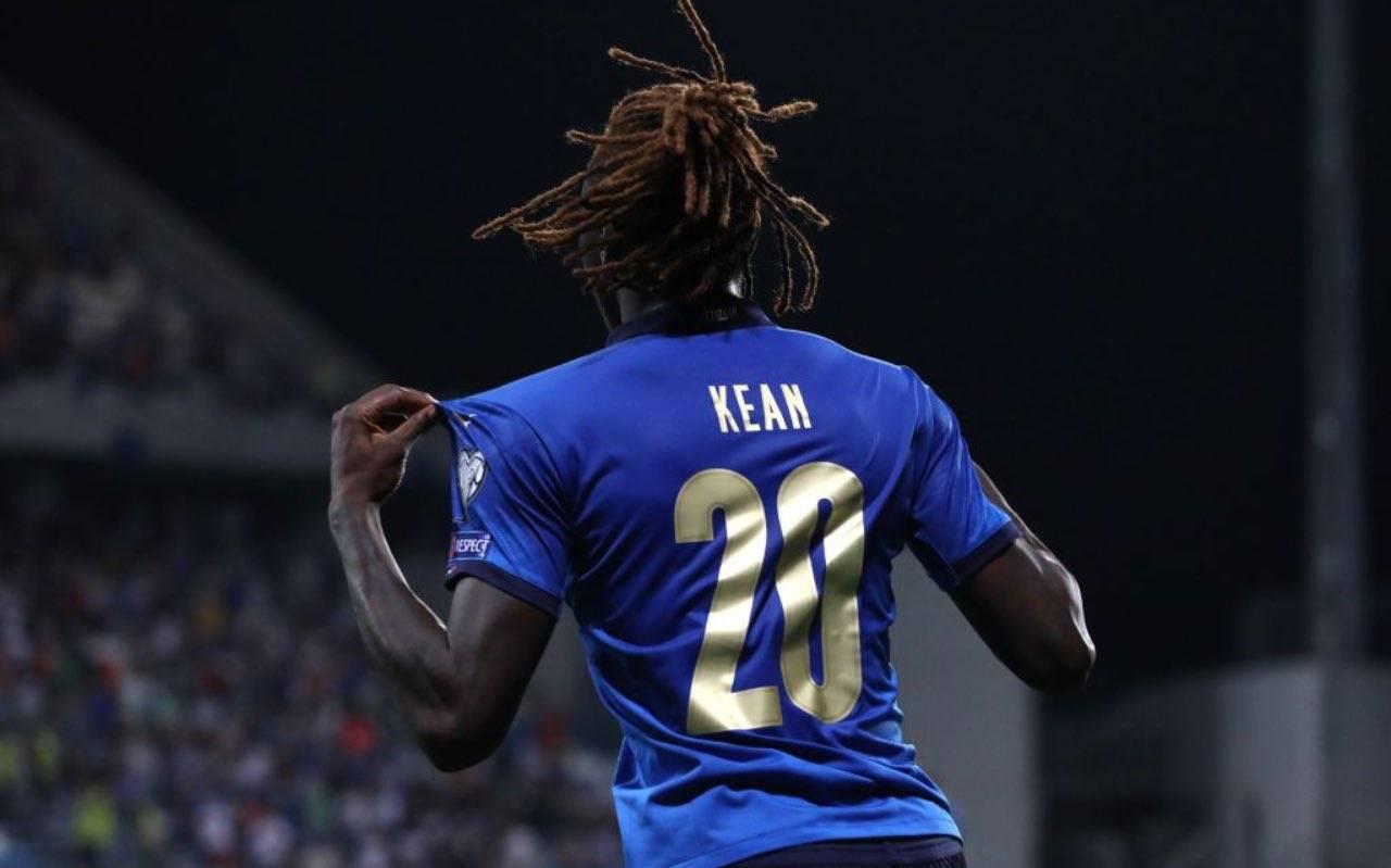 Moise Kean mostra la maglia dell'Italia contro la Lituania