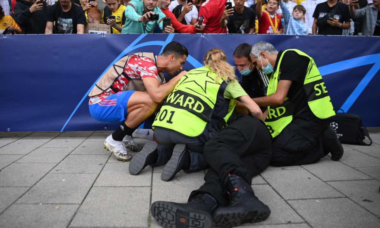 Ronaldo assiste lo steward dopo la pallonata