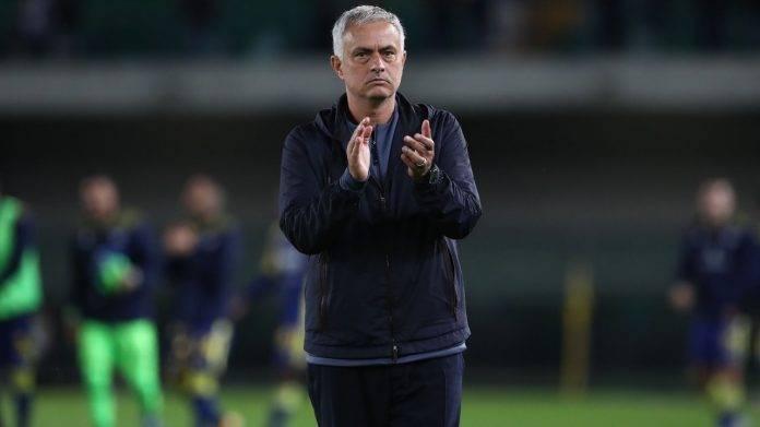 Mourinho della Roma applaude i suoi