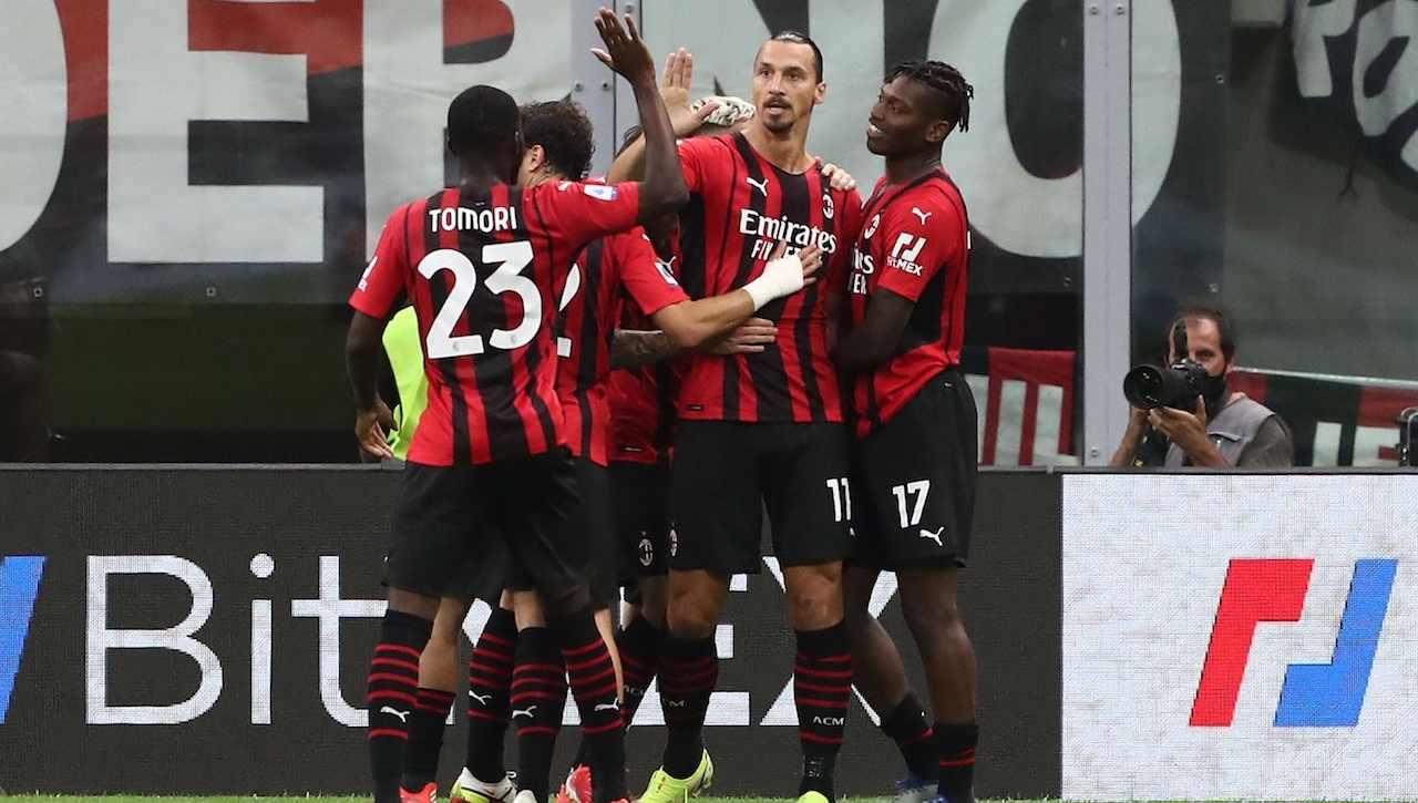 Zlatan Ibrahimovic esulta con la squadra