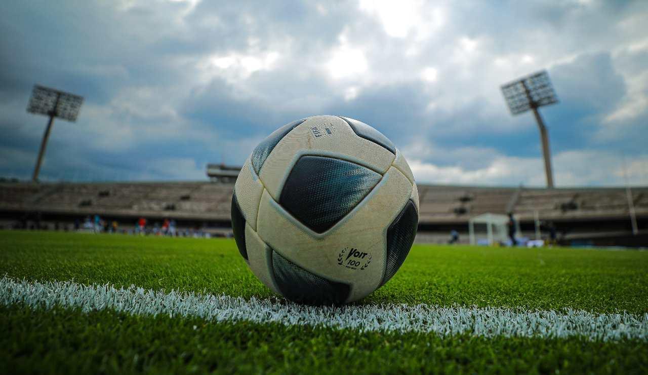 Un pallone, essenza del calcio come gioco