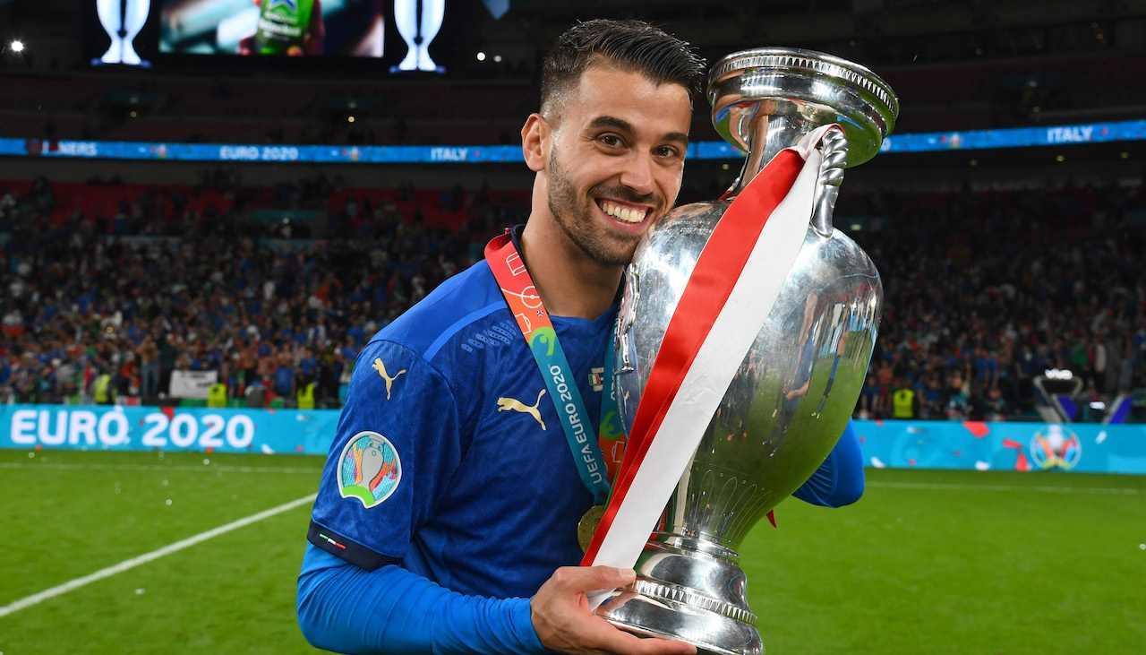 Leonardo Spinazzola alza la Coppa