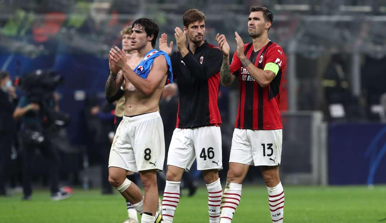 i calciatori del Milan salutano i tifosi