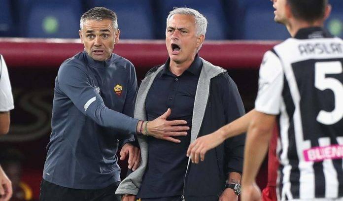 Mourinho urla in panchina