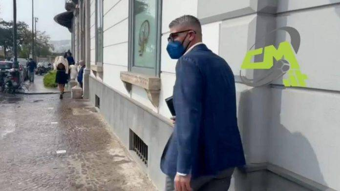 L'agente di Lorenzo Insigne all'esterno dell'Hotel Britannique
