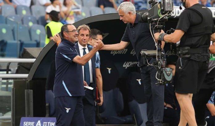 Sarri e Mourinho si stringono la mano