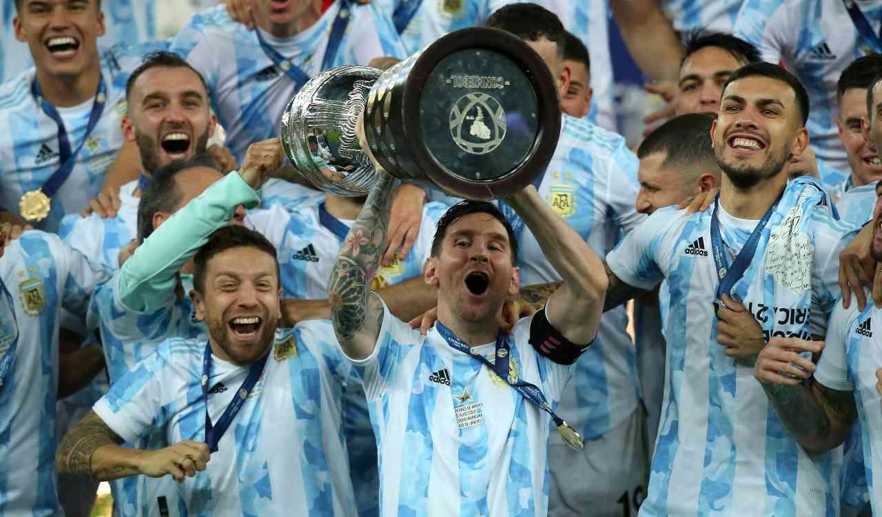 Messi alza la coppa