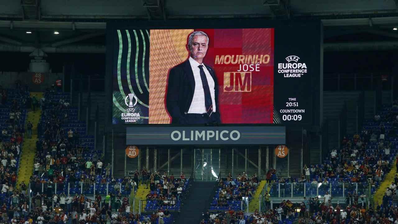 La foto di Mourinho nel tabellone dell'Olimpico