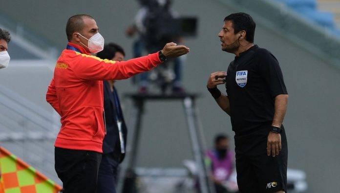 Fabio Cannavaro parla con l'arbitro