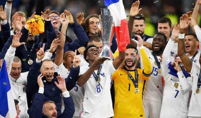 Francia esulta con trofeo