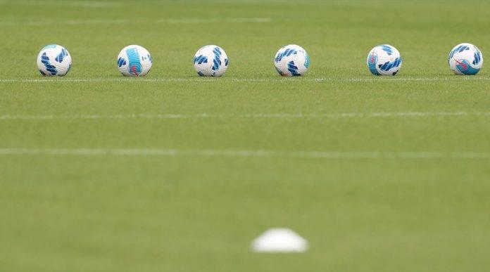 I palloni della Serie A schierati in campo