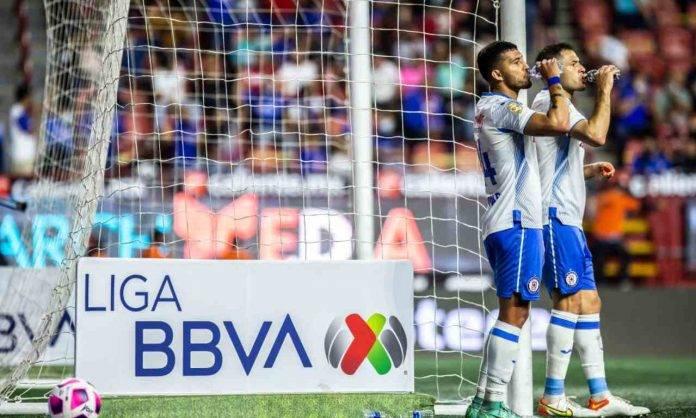 Giocatori del Cruz Azul si dissetano