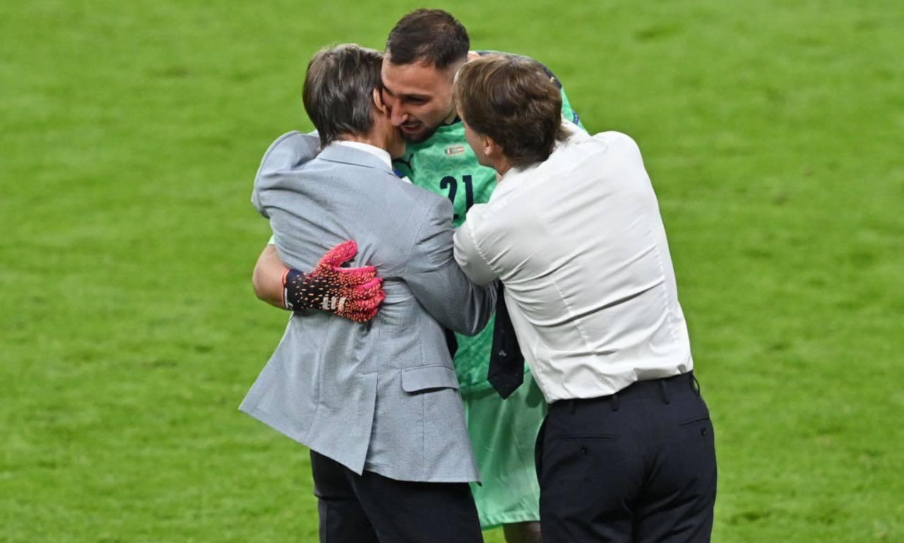 Mancini abbraccia Donnarumma durante Euro2020