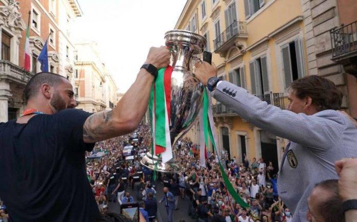Bonucci e Mancini con il trofeo di EURO 2020